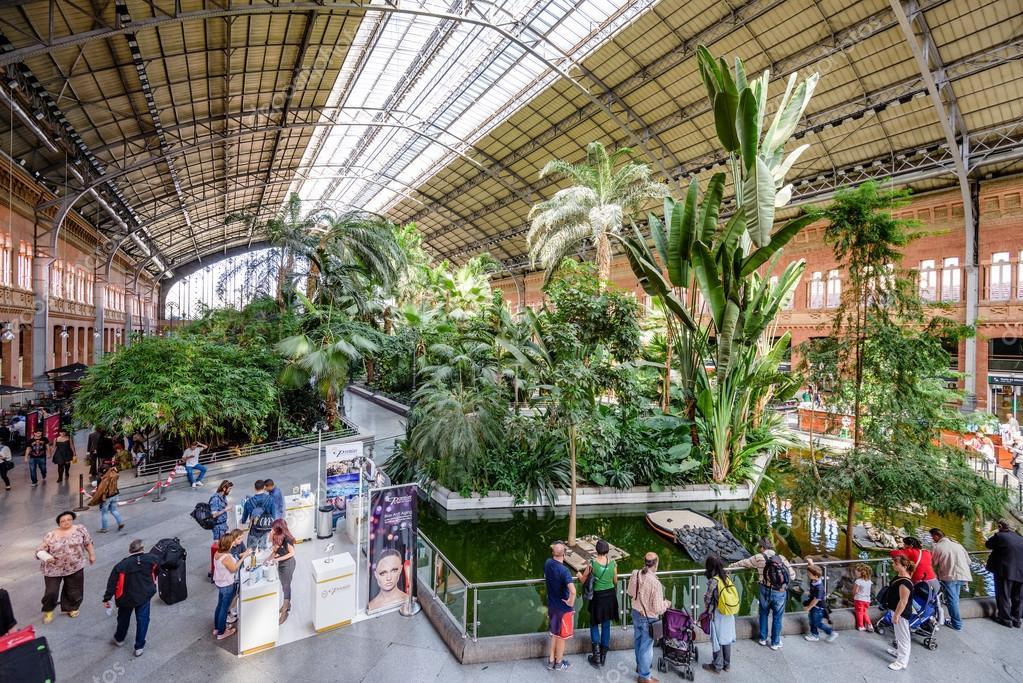 Atocha station in madrid redactionele stockfoto for Jardines de la puerta de atocha