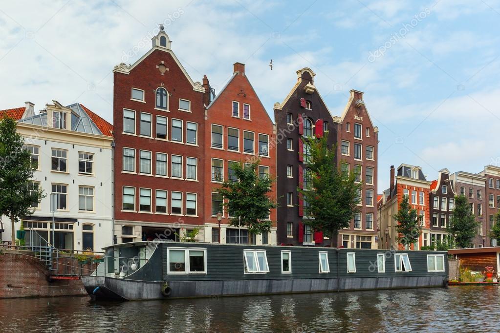 vista a la ciudad de amsterdam canal y tpicas casas holanda pases bajos u