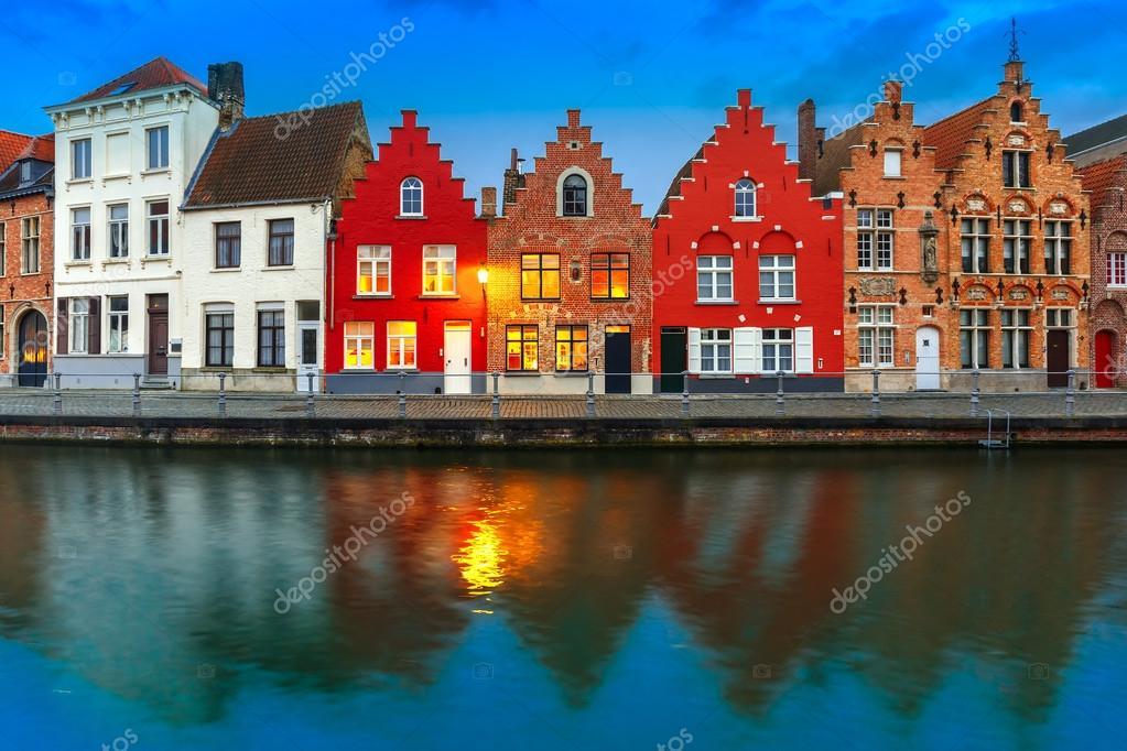 Canale di bruges di notte con le belle case colorate for Foto belle case