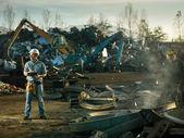 muži na práci v recyklačním centru