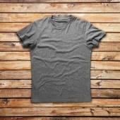 Šedá košile nad dřevo