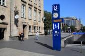 BOCHUM, DEUTSCHLAND - 17. SEPTEMBER 2020: Menschen laufen durch die U-Bahn-Station in Bochum. Es ist Teil der Rhein-Ruhr Stadtbahn, des regionalen S-Bahn-Systems.