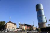 BOCHUM, DEUTSCHLAND - 17. September 2020: Exzenterhaus-Hochhaus in Bochum. Das Bürogebäude wurde in den Jahren 2009-2013 auf dem Dach des historischen Luftverteidigungszentrums aus Beton errichtet..