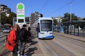 BOCHUM, DEUTSCHLAND - 17. September 2020: Menschen warten an einer Straßenbahnhaltestelle in Wattenscheid. Bogestra betreibt Elektro-Straßenbahnnetz in Bochum, Gelsenkirchen und Herne.