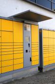 BOCHUM, DEUTSCHLAND - 17. September 2020: DHL Packstation in Wattenscheid, Deutschland. In Deutschland gibt es über 7.000 Packstation-Paketautomaten.