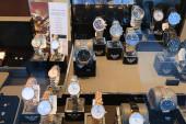 BOCHUM, DEUTSCHLAND - 17. September 2020: Emporio Armani Armbanduhren der Marke werden in einem Geschäft in Bochum ausgestellt. Emporio Armani ist eine der Marken des italienischen Luxus-Modehauses Armani.
