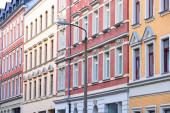 Chemnitz. Straßenansicht der deutschen Wohnarchitektur. Mehrfamilienhäuser im Stadtteil Sonnenberg.