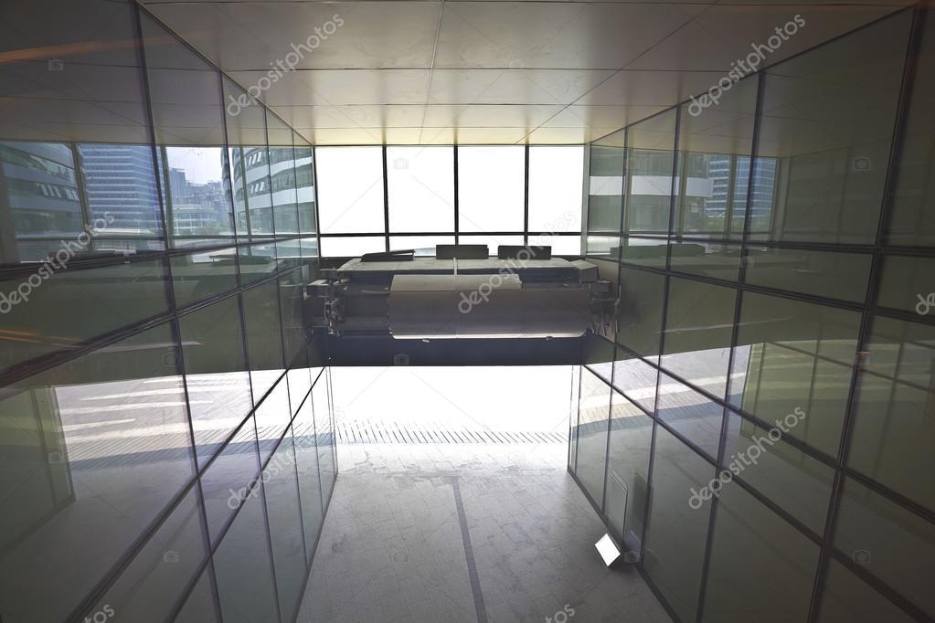 Moderne architectuur in glazen muur corridor achtergronden