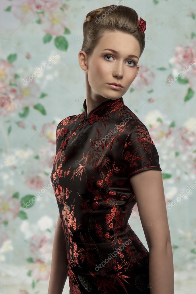 Célèbre ragazza con la moda abito giapponese — Foto Stock © carlodapino  PG16