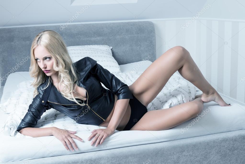 1ef3643381 mujer en ropa interior en la cama — Foto de stock © carlodapino ...
