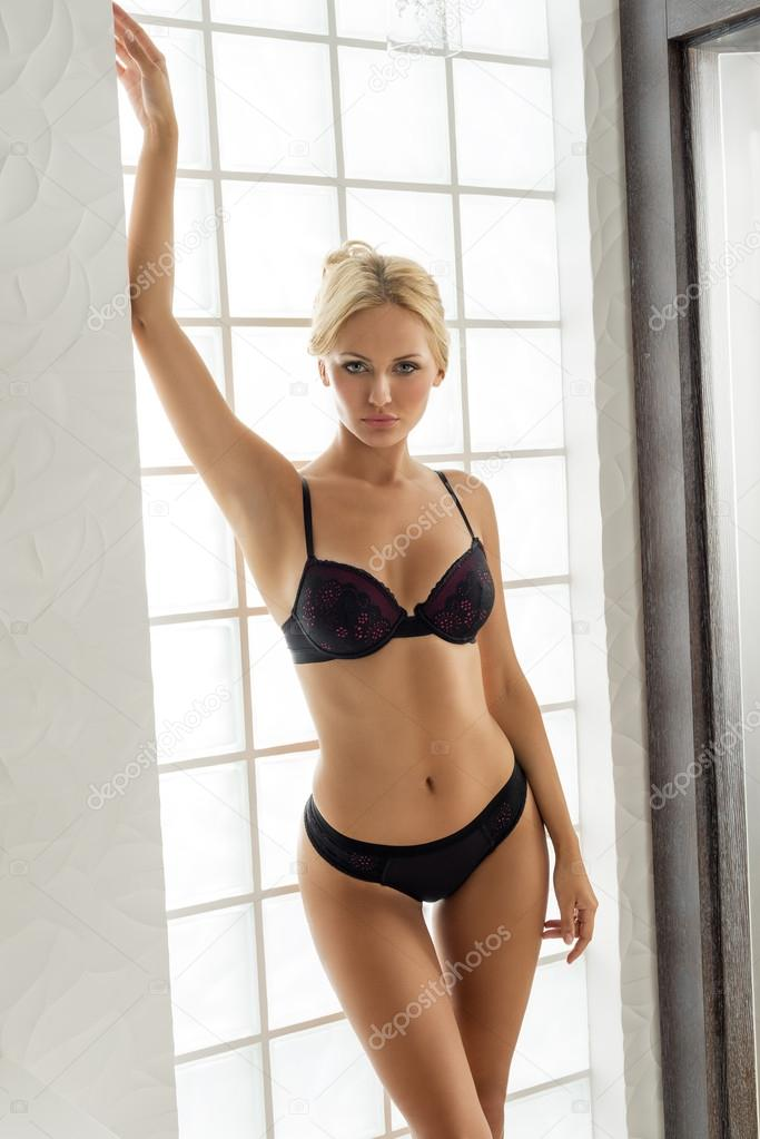 Blonde Dame In Dessous