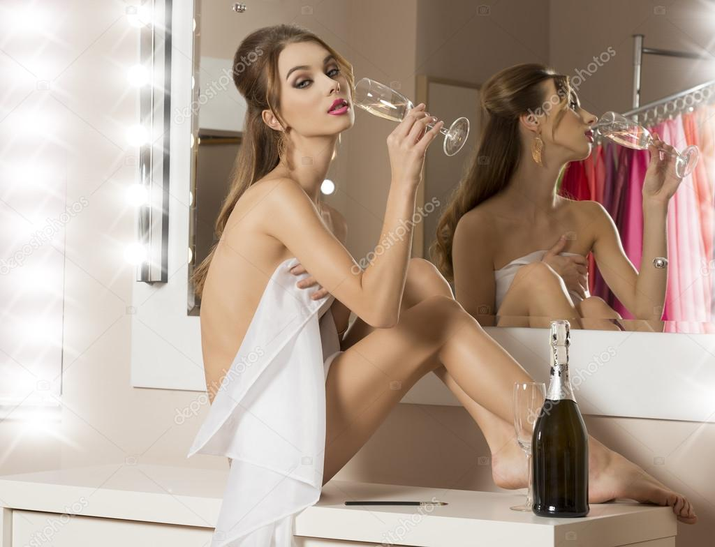 Sexy Fille Buvant Du Champagne Dans La Salle De Bain -9169
