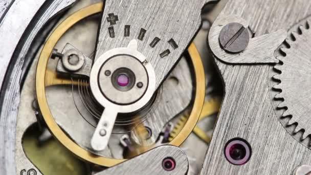 kyvadlové hodiny mechanismus