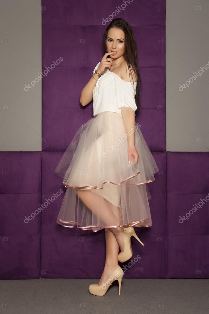 Joven mujer delgada sexy en vestido de moda de aislados en blanco ...