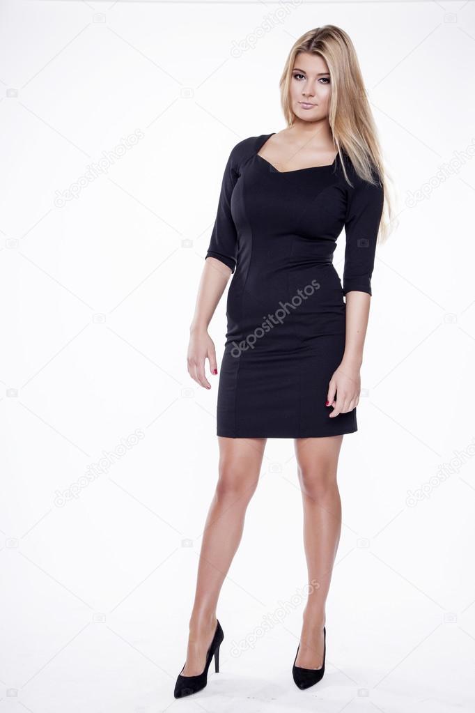 2e8461ddc7e5 Giovane donna sexy in vestito nero isolato su sfondo bianco sottile–  immagine stock