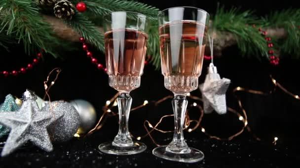Novoroční oslava. Šampaňské v brýlích, krásný girland, hračky. Novoroční vybavení a doplňky.