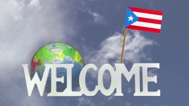 Esztergálás globe és a kis papír Puerto Rico zászlaja