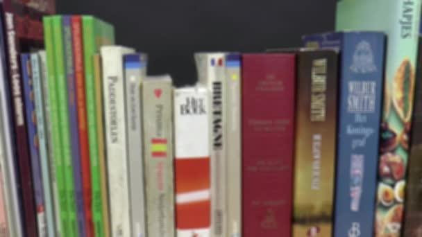 Boekenplank Met Boeken.Boeken Op Een Boekenplank Stockvideo C Joophoek 62244607