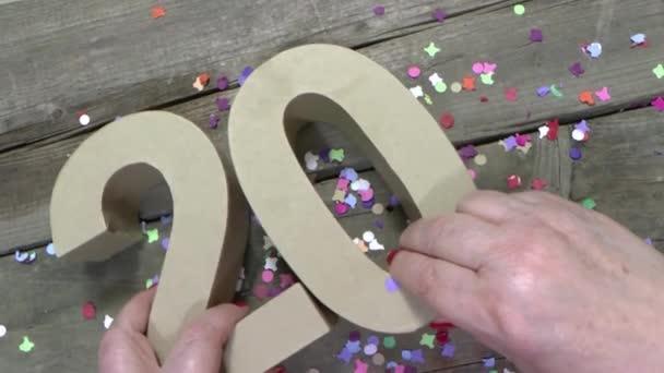 Frauenhände basteln eine Geburtstagskarte