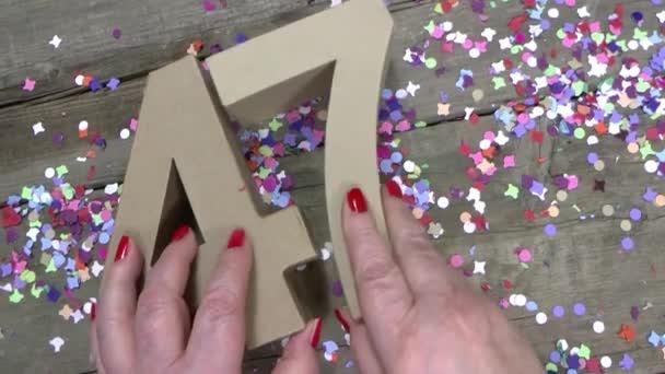 Dames Handen Maakt Een Verjaardagskaart Stockvideo C Joophoek