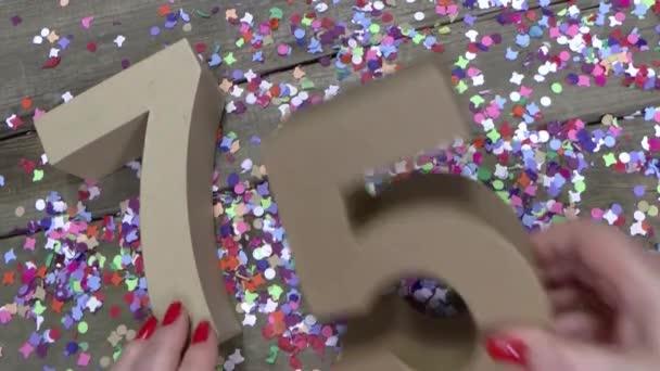 Zenske ruce vytvářejí narozeninám