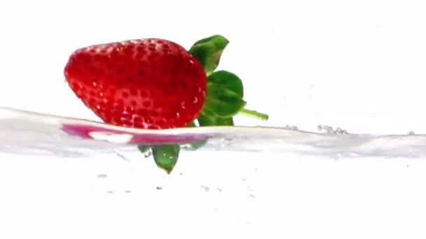 Skákání jahody ve vodě