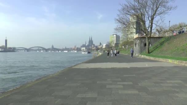 Die Uferpromenade in Köln