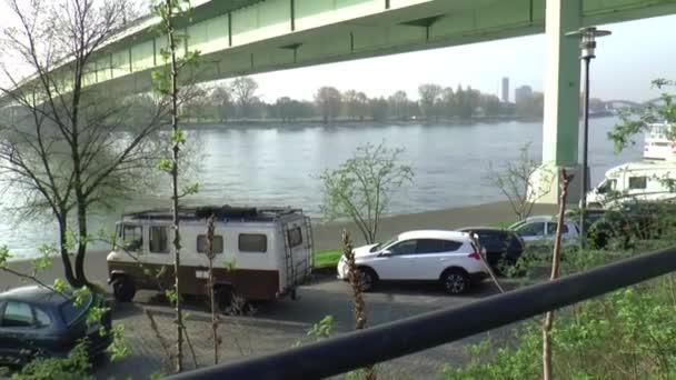 Der Steg des den Fluss Rine in Köln