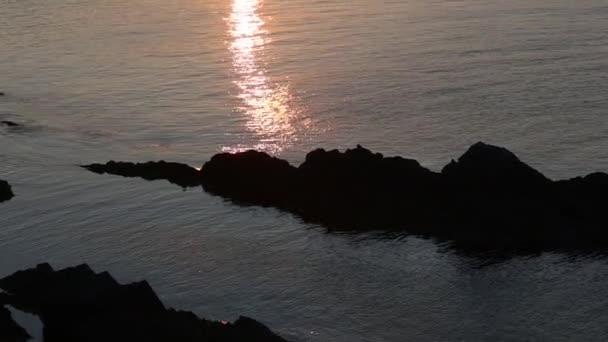 Výhled na skalnaté pobřeží Sunset moře