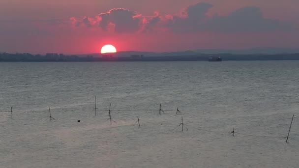 Poslední paprsky nastavení Sun. Sunset moře pobřeží