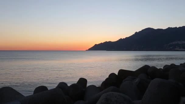 Frangiflutti e vista mare tramonto costa
