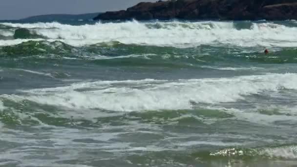 Tengeri vihar le sziklás partvidék.