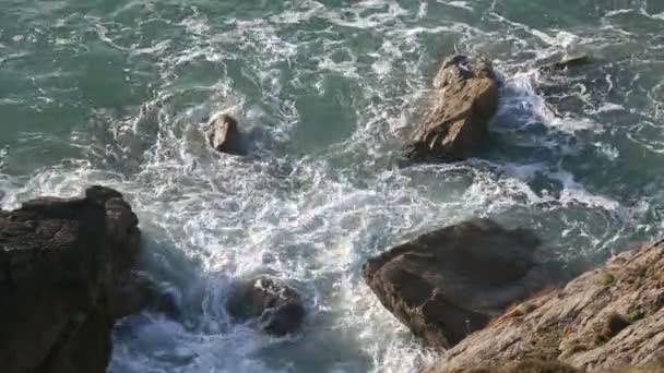 Mořské vody se lámou mezi kameny.