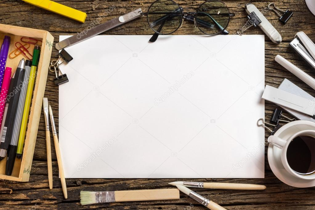 Vue de dessus du papier vierge et des fournitures for Table vue de haut
