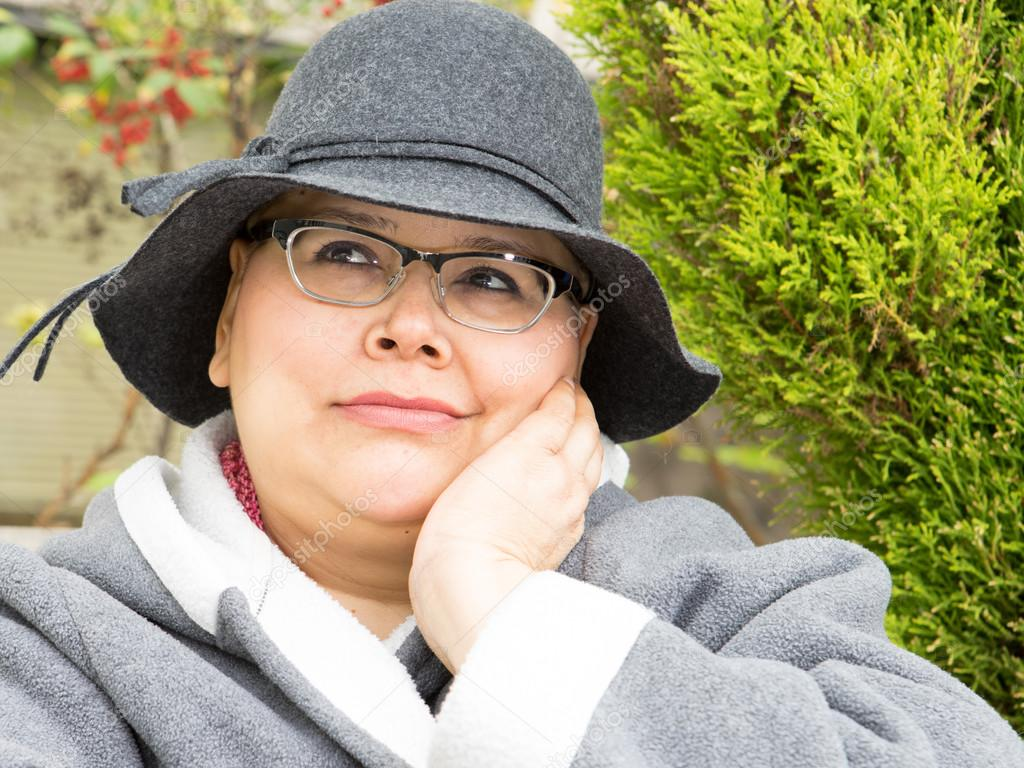 26a3110e070 Woman In Cancer Treatment Protects Her Skin From Sun and Cold By Wearing Hat  And Coat