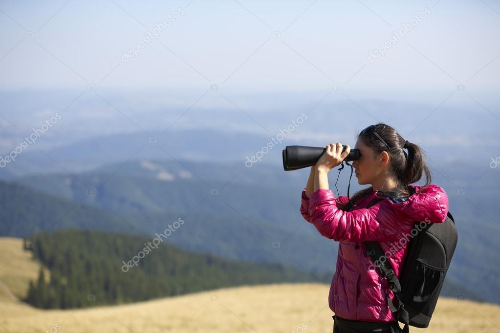 Wanderer im fernglas genießen spektakuläre aussicht auf mountain
