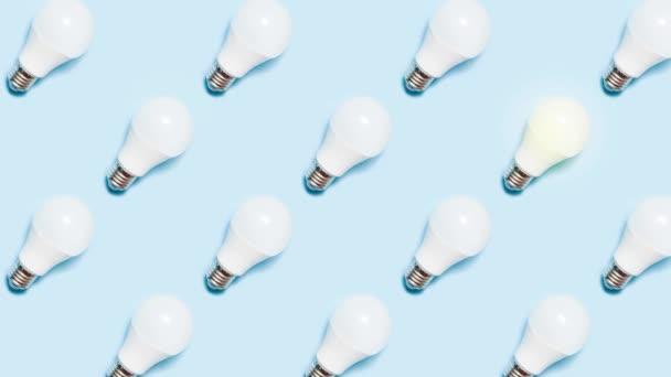 Kreative Stop-Motion-Animation. Beleuchtung von LED-Lampen auf blauem Hintergrund. Das Konzept der Ökoenergie oder Brainstorming für Unternehmen.
