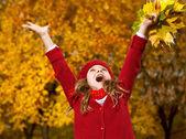 holčička venku s podzimní listí