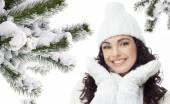 žena zimní portrét chistmas strom pokrytý sněhem