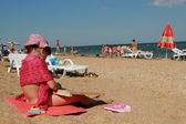 kleines Mädchen über dem schwarzen Meer