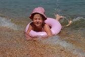 kleines Mädchen schwimmt in panama