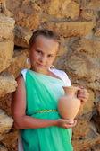 kleines Mädchen mit einer griechischen Amphore