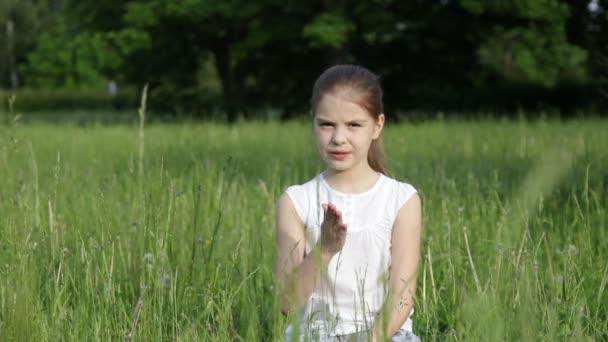 schöne kleine Mädchen im Freien