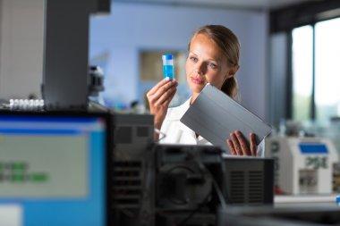 Bir kadın araştırmacı bir kimya laboratuarında portresi