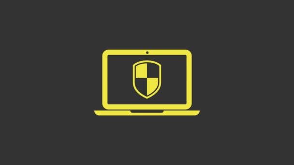 Sárga Laptop védett pajzs ikon elszigetelt szürke alapon. PC biztonság, tűzfal technológia, adatvédelem. 4K Videó mozgás grafikus animáció