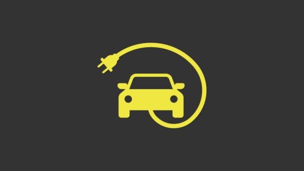 Žlutá Elektrické auto a elektrické kabelové zástrčky nabíjecí ikona izolované na šedém pozadí. Obnovitelné ekologické technologie. Grafická animace pohybu videa 4K
