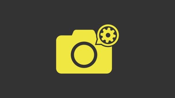 Žlutá Fotoaparát a ikona převodovky izolované na šedém pozadí. Nastavení aplikace, servisní koncept, možnosti nastavení, údržba, opravy, opravy. Grafická animace pohybu videa 4K