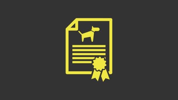 Žlutý Lékařské osvědčení pro cestování s ikonou psa nebo kočky izolované na šedém pozadí. Dokument pro mazlíčka. Otisk psí nebo kočičí tlapky. Grafická animace pohybu videa 4K