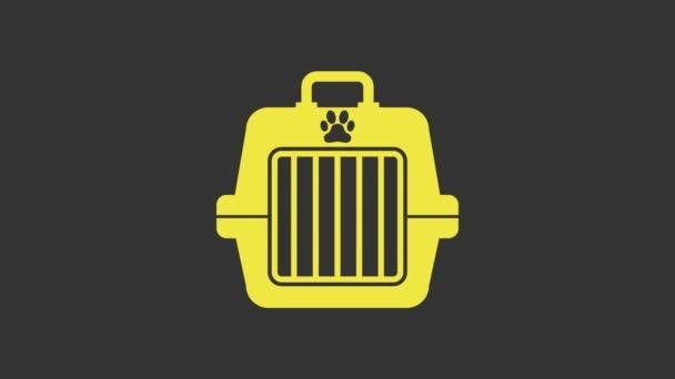 Žlutá ikona pouzdra na mazlíčky izolovaná na šedém pozadí. Nosič pro zvířata, psy a kočky. Kontejner pro zvířata. Krabice na přepravu zvířat. Grafická animace pohybu videa 4K