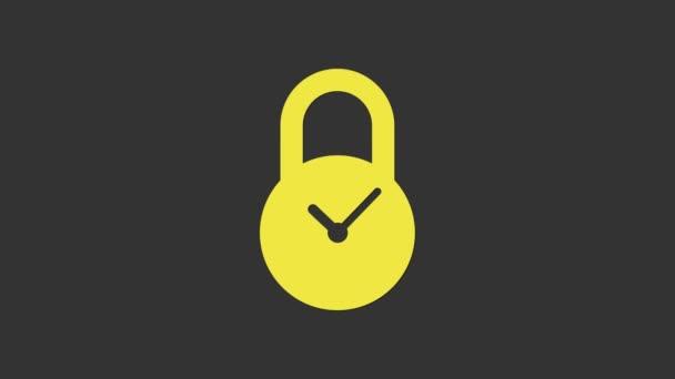 Gelbes Vorhängeschloss mit Uhrzeigersymbol auf grauem Hintergrund. Zeitregelungskonzept. Sperrung und Countdown, Termin, Zeitplan, Planungssymbol. 4K Video Motion Grafik Animation